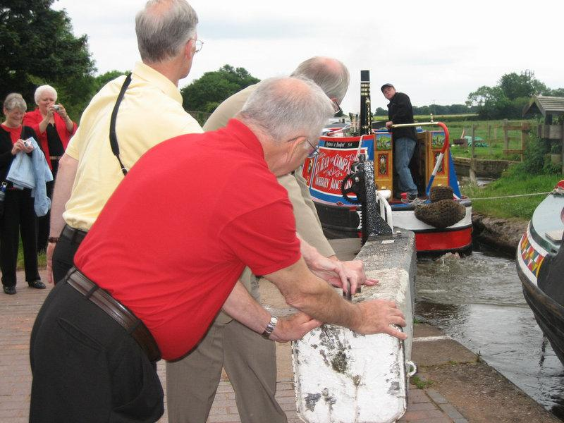 WA58 helping close the locks for a longboat